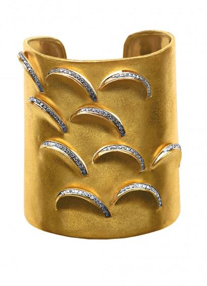 FANOURAKIS   Manchette « Ecailles »     or 22K, or blanc 18K, brillants 1.35ct  Cuff-style bracelet « Scales »  Gold  Κ22+K18,  diamonds