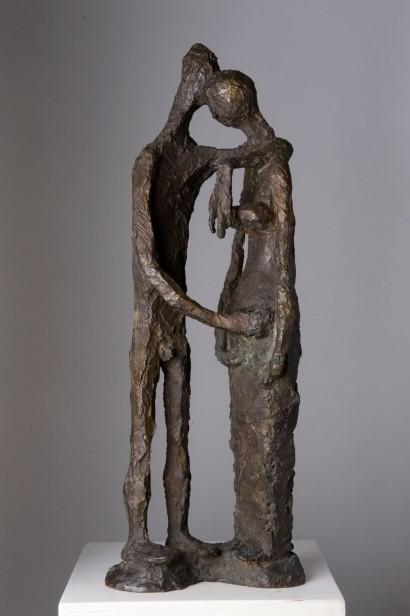 """""""Couple debout"""" de Robert Couturier (1905 - 2008)  1947  Bronze à patine brune  Susse fondeur  Signé au dos sur la terrasse  Réalisé en 6 exemplaires  72 x 26 x 13 cm  Bibliographie: - Valérie Da Costa, """"Robert Couturier"""", Norma Editions, 2000 (reproduit p. 73) - Ionel Jianou, """"Couturier"""", Arted, Editions d'Art, Paris, 1969 (reproduit n° 31, planche 7)    """"Couple debout  est une composition dépouillée de toute référence historique. Le thème d'Adam et Eve est mené plus loin, le côté descriptif est supprimé, le sentiment est plus naïf. Les deux figures avec leurs têtes réunies, forment une sorte de voûte à l'intérieur de laquelle le vide acquiert un rôle actif. Couturier aime rappeler à ce propos le vers de Verhaeren: """"... Comme deux vitraux d'or dans une même abside."""" (...) Le langage artistique de Couturier s'enrichit, son écriture devient plus souple et plus subtile. L'exagération est toujours en fonction d'une signification. Elle est comme un accent nécessaire, qui suggère un sentiment ou une idée. L'art disait Delacroix, c'est l'exagération à propos."""""""