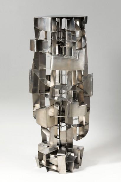 DIETRICH-MOHR  (Né en 1924, Düsseldorf, Allemagne)  «Tour Tournante»  1972  Sculpture en inox  Pièce unique  150 x 60 x 55 cm (base 50 x 50 cm)  Certificat d'authenticité de l'artiste