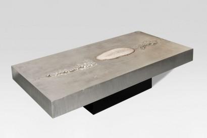 """""""Table basse"""" de Marc d'Haenens  Table basse   1980  Travail à l'acide, étain avec incrustation tranche d'agate  Structure en bois  DIMENSIONS: Hauteur : 33 cm Largeur : 140 cm Profondeur : 70 cm"""