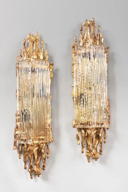 BOELTZ Paris  Appliques en paire  Circa 1970  Bronze poli doré et verre  H. 63 cm, L. 14 cm, P. 10 cm