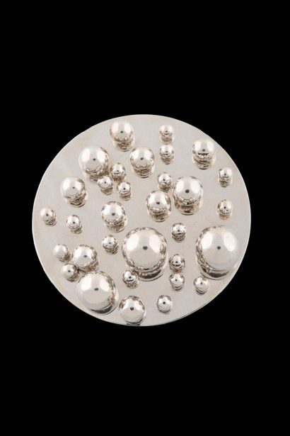POL BURY (1922‐2005)  Broche pendentif or blanc     Signée et numérotée Pol Bury I/IV PA,  Poinçon  diamètre 7 cm