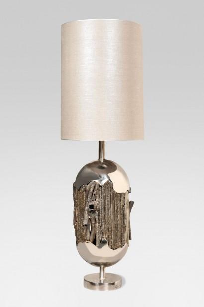 René BROISSAND (Né en 1928)     Spectaculaire lampe à poser sculptée   Acier poli et métal soudé  Abat-jour rond cylindrique gris argenté     Pièce unique  Signée « Broissand »  et datée « 014 » sur la base