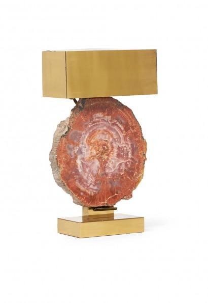 Ado CHALE  (Né en 1928)     Lampe en laiton doré  Circa 1970     Importante tranche de bois fossilisé d'Amérique  H. 59 cm, L. 35 cm, P. 16 cm  Bois fossilisé 38 x 37 x 8 cm