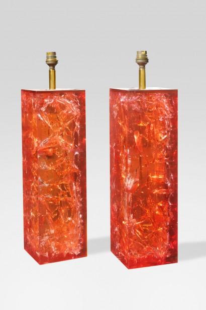 Marie-Claude de FOUQUIERES     Paire de lampes   Circa 1970     Résine orangée  Base carrée  H. 40 cm, L. 12 cm, P. 12 cm
