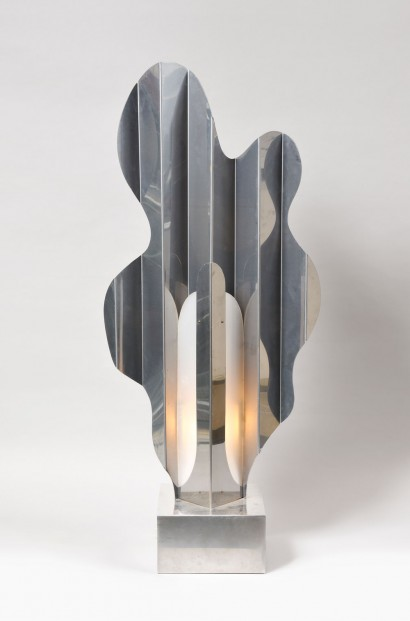 Philippe JEAN     Lampe sculpture «Calande»  1974     Forme abstraite en acier inox poli  Signée sur la base  «Ph. Jean»  H.112xL.49xP.24cm  (H.44.1xW.19.3xD.9.4 in.)
