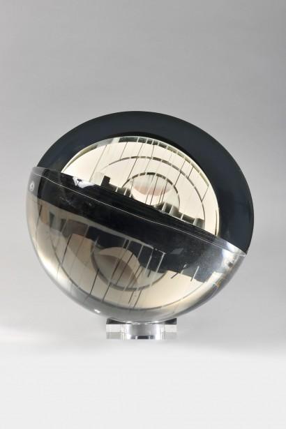 « Sphère transparente »  Circa 1980     Métacrylate de méthyl  Pièce unique signée  H. 40 cm, L. 40 cm, P. 40 cm