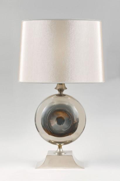 Grande lampe à poser      Maison Barbier, Paris  Circa 1970     Acier inoxydable  Abat-jour sur mesure en soie ivoire gansée  Hauteur totale avec abat-jour: 92 cm, Hauteur jusqu'à la douille: 55 cm  L. 33 cm, P. 16 cm