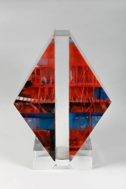 Monique ROZANES (Née à Bordeaux en 1936)     Métacrylate de méthyl     Pièce unique  H. 51,5 cm, L. 36,5 cm, P. 23 cm