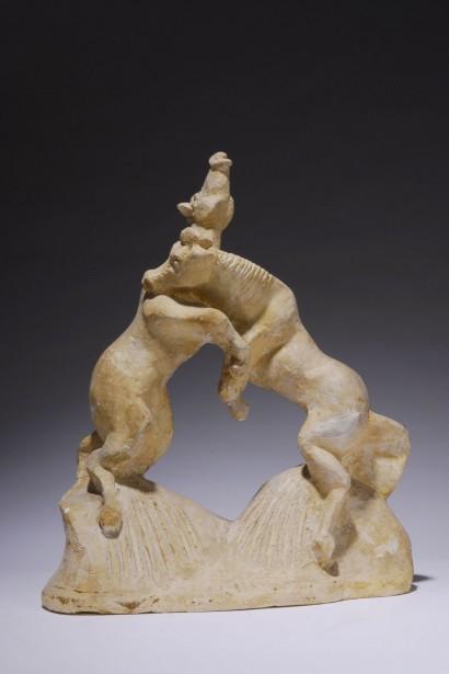 """""""Les deux chevaux combattants"""" d'Henri Delcambre  1977  Plâtre  36 x 31 x 13 cm  - « Henri Delcambre ou la géométrie poétique du corps », Emmanuel Bréon, sous la direction de la galerie Martel-Greiner, Somogy éditions d'art, 2008, reproduction de l'oeuvre p. 41"""