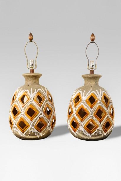 Paire de lampes céramique Travail américain Circa 1950 Céramique vernissée H. 49 cm sous la douille, L. 35 cm