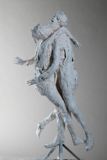 """""""La grande étreinte"""" de Roseline Granet  2012  Résine  180 x 70 x 65 cm"""
