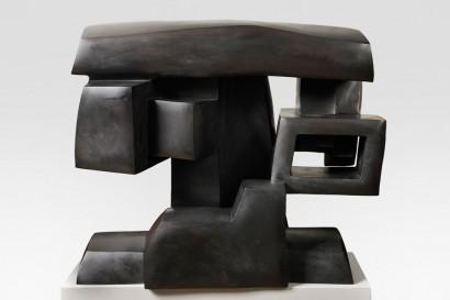 """""""La Grande tête suspendue"""" de Parvine Curie  1980  Bronze n°1/8  69 x 82 x 49 cm"""