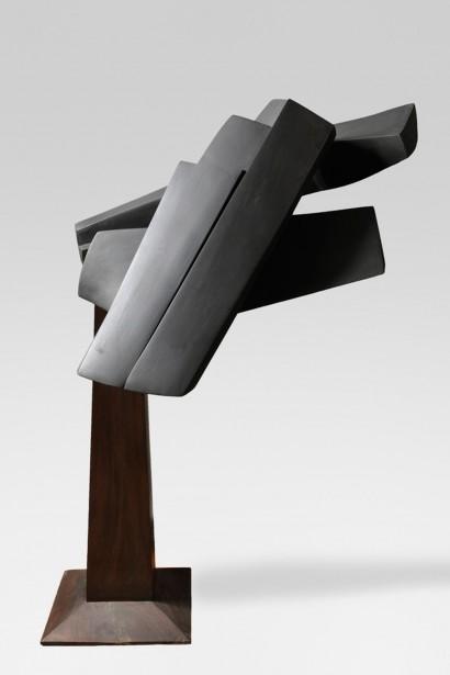 """""""Personnages presque couchés"""" de Parvine Curie  1999  Matériau composite et graphite  n°1/5  65 x 102 x 70 cm sans le socle, en bois exotique"""
