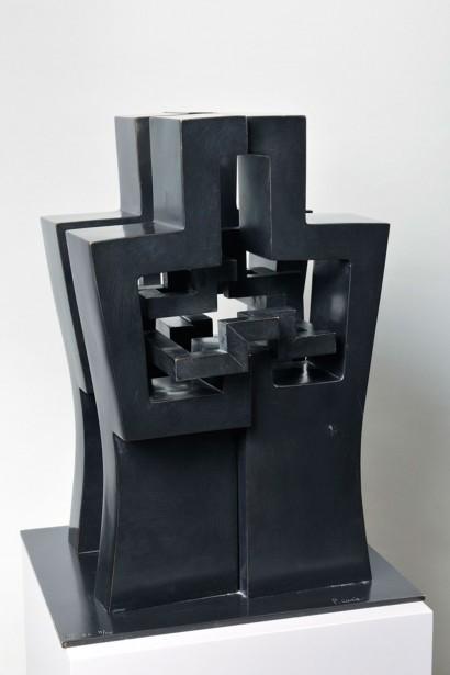 """""""La première-Mère"""" de Parvine Curie  Petite version  1986  Bois et métal  46.5 x 28 x 27 cm"""