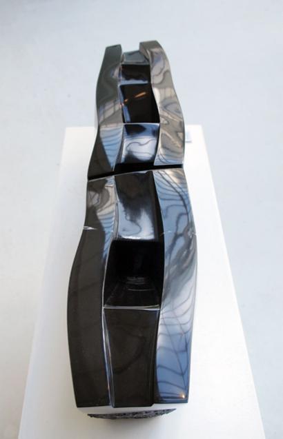 Thomas d'Hoste - « Ames errantes », marbre noir de Belgique, 2006, 23,5 x 91 x 18 cm (73kg, en deux parties)