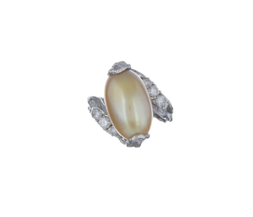 piguet-990b87lot-3867-gilbert-albert-bague-gris-750-froisse-retenant-une-perle-culture-rehaussee-diamants-taille-brillant-boite.jpg